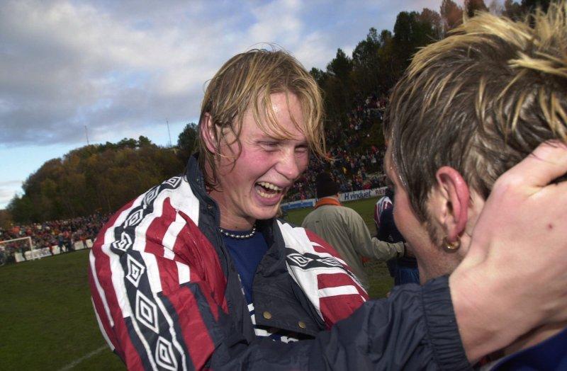 Tor Hogne Aarøy jubler etter seieren og opprykket til eliteserien for AaFK etter seieren over Sandefjord på Kråmyra. Foto Svein-Are Tollås