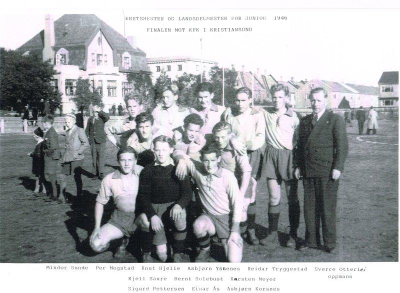 Einar Aas, i keeperdrakt i fremste rekke. Bildet er hentet fra 1946, da Einar og lagkameratene på juniorlaget ble krets- og landsdelsmestere.