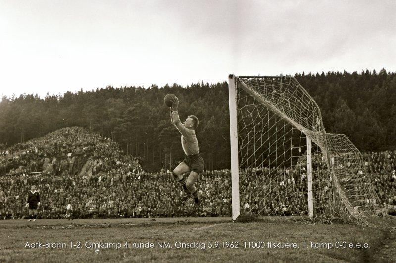 Einar Aas i aksjon på Aksla stadion 5. september 1962. Resultat ble 0-0 e.e.o på Brann stadion i 4. runde av cupen. Omkampen på Aksla Stadion endte 1-2 foran 11.000 tilskuere.
