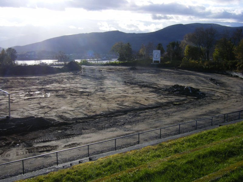 Gravearbeid i forbindelse med oppgraderingen av Aksla stadion. Arbeidet startet i oktober 2013, og stadion ble gjenåpnet 15. september 2014. Kostnaden var 15,3 mill.kr. Forrige oppgradering var i 1979.