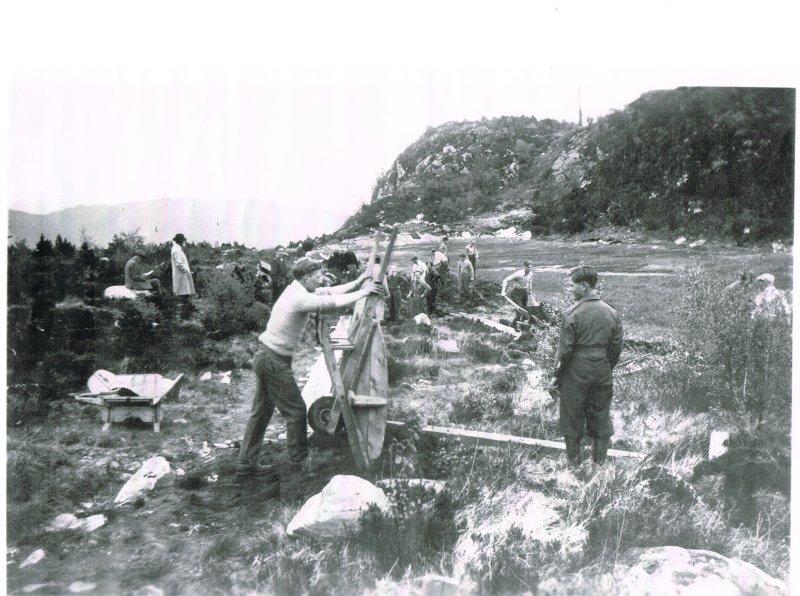 Dugnadsarbeid på Torvlømyra, populært kalt Kråmyra, i 1950. Foto: Per Anker Eriksen.