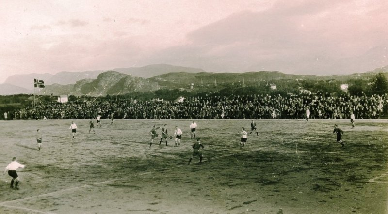 Bildet er hentet fra en kamp på Nørvebana i 1927.
