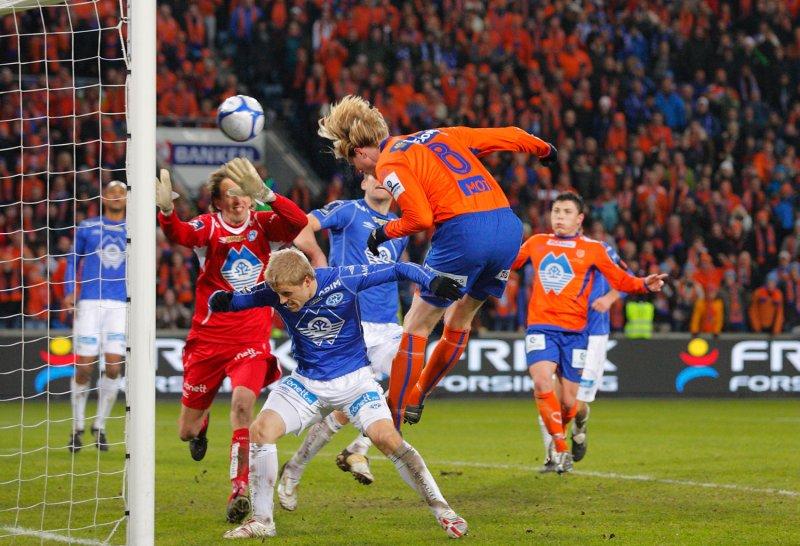 Tor Hogne Aarøy header inn 2-2 i duell med Kristoffer Paulsen Vatshaug og keeper Knut Dørum Lillebakk. Foto: Svein Ove Ekornesvåg / Scanpix