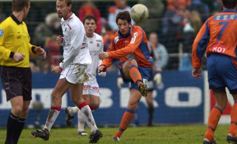 AaFK møtte Bryne på Kråmyra i 2003. Frode Fagermo med langskudd i en kamp vi vant 2-0. Foto: Svein-Are Tollås
