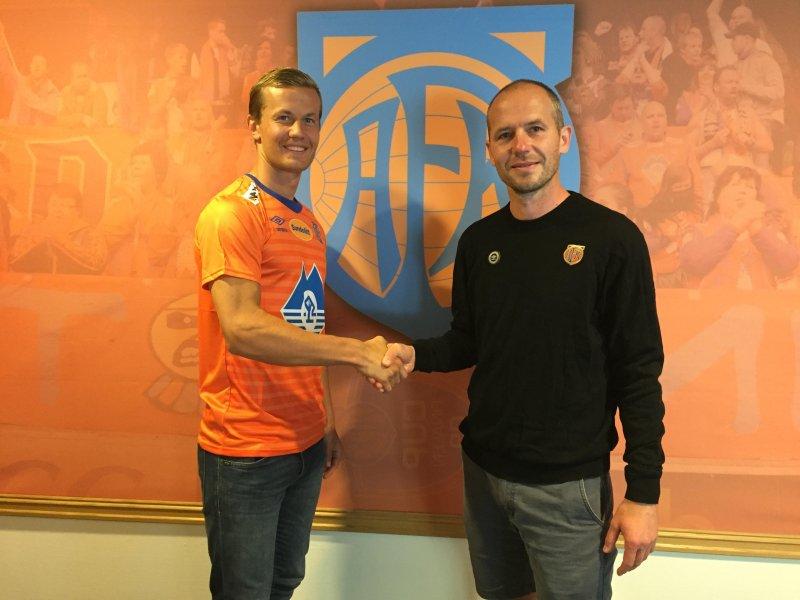 Ståle Steen Sæthre signerte for Aalesund tidligere denne uken. Her sammen med sportssjef Bjørn Erik Melland.