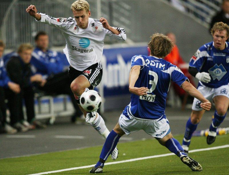 Odd Grenlands Steffen Hagen forserer forbi Hødds Oddbjørn Lie (3) under førstedivisjonskampen i fotball mellom Odd Grenland og Hødd på Skagerak arena i Skien I 2008. Foto: Birte Ulveseth / SCANPIX
