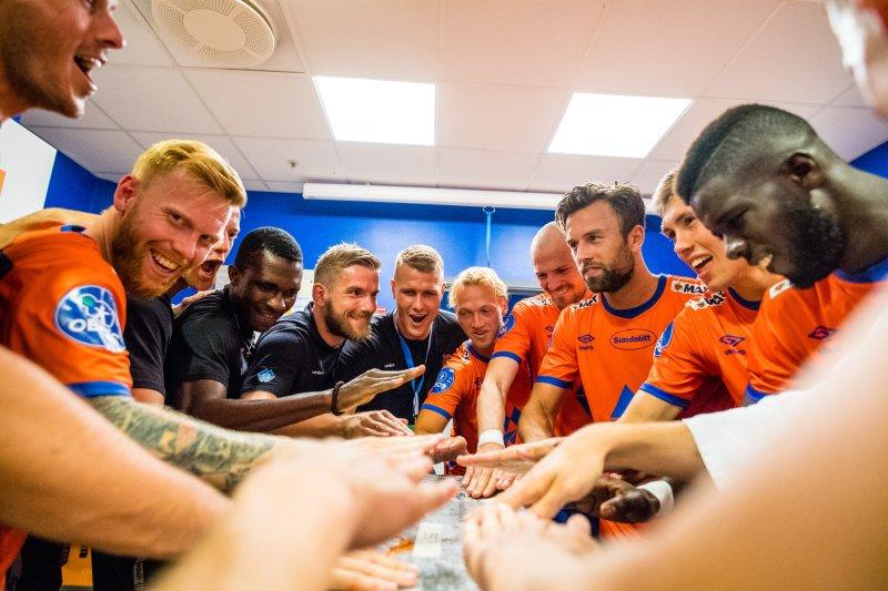 Oddbjlørn og lagkameratene feirer en av mange seire i 2019-sesongen. Her fra hjemmegarderoben.Foto: Marius Simensen / BILDBYRÅN / Cop 238