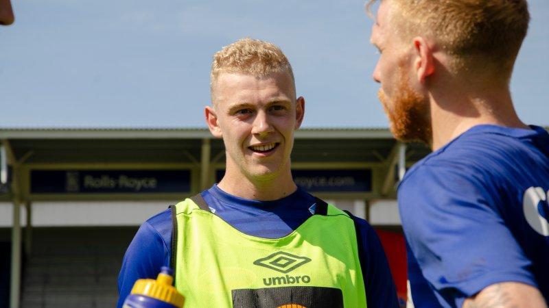 Henrik Bjørdal var onsdag tilbake i AaFK-tøy. Besøket var av det korte slaget. Valderøyingen reiser i dag på samling med U21-landslaget.