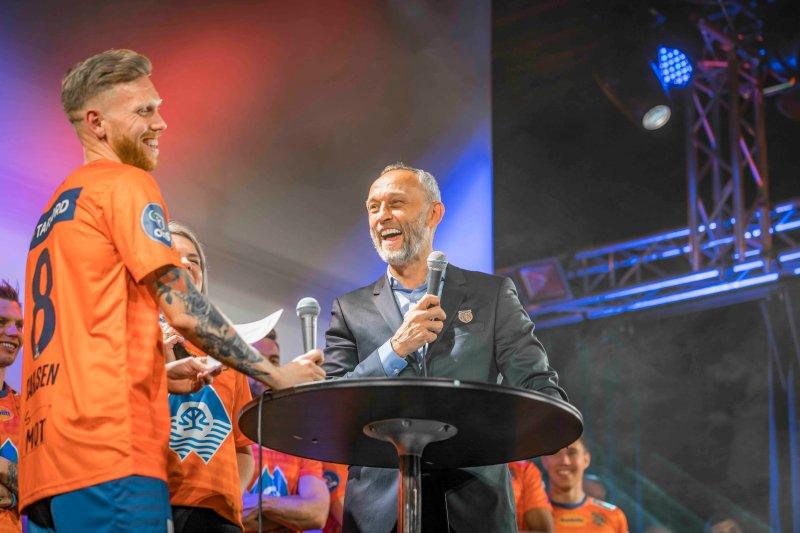 Fredrik Carlsen ble presentert som årets kaptein! Foto: Geir Bjørndal Srisoi