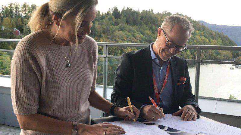 Marielle Furnes Mannseth, daglig leder i Framtidslabben og Geir S. Vik, klubbdirektør i Aalesunds Fotballklubb, signerer avtalen.
