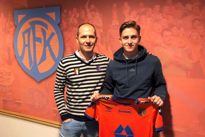 Sportslig leder Bjørn Erik Melland og vår nye midtbanespiller Simen Bolkan Nordli.