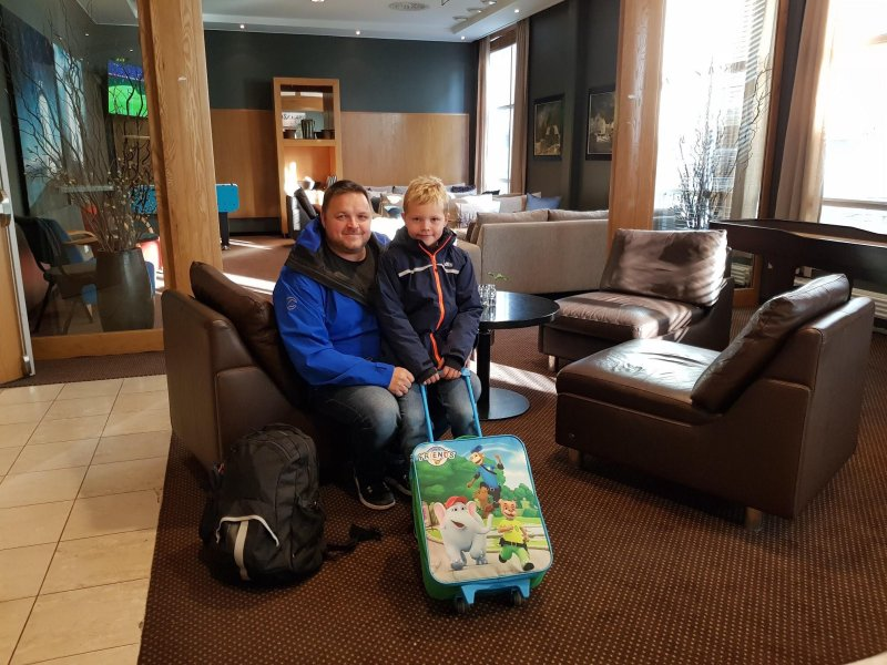 Stig Arild Hansen og sønnen Benjamin storkoste seg med hotellopphold og VIP-opplevelse på Color Line Stadion.