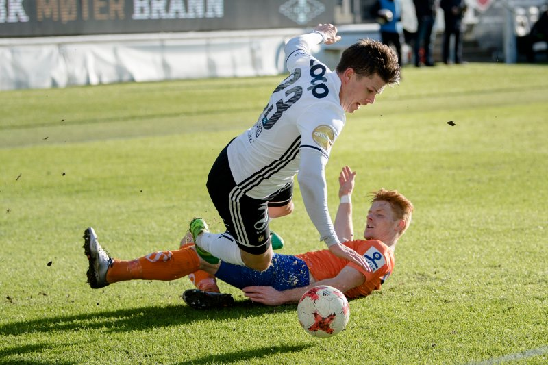 Pål André Helland blir felt av Aalesunds Mikkel Kirkeskov i 0-0 kampen tidligere i år. Foto: NTB scanpix