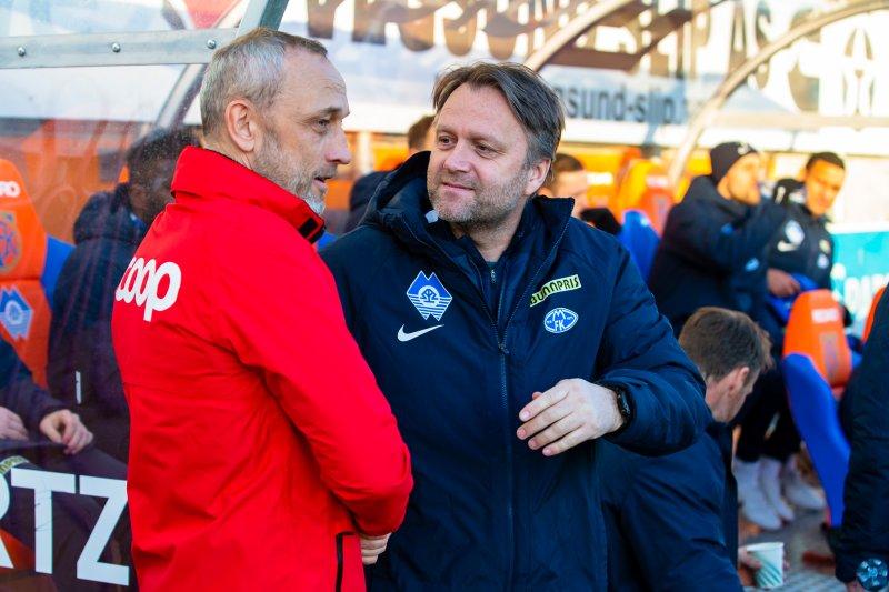 Lars Bohinen takker Molde-trener Erling Moe for kampen. MFK vant 0-2, men Aalesund var fullt på høyde med gjestene. Foto: Svein Ove Ekornesvåg / NTB Scanpix