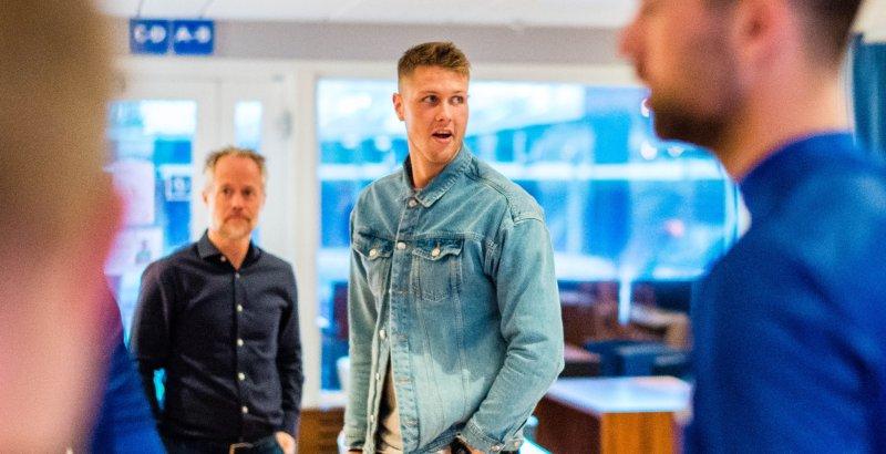 Holmbert Fridjonsson var på plass allerede i går og fikk høre tankene til Lars under spillermøtet. Foto: Marius Simensen