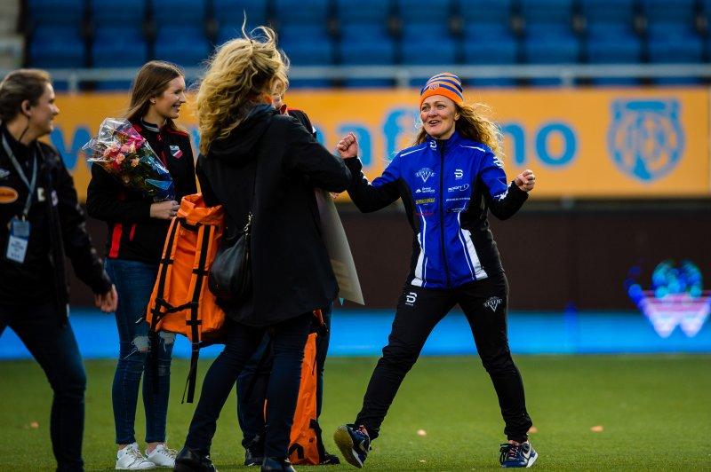En hoppende glad Ann-Kristin Haaheim Kavli fra Ørskog IL sekunder etter at vinneren er avslørt. Foto: Marius Simensen (msfoto.no)