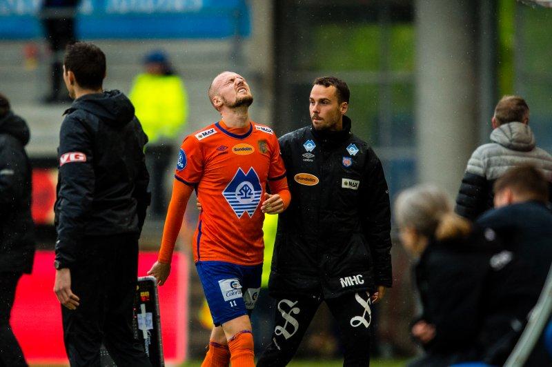 Aron Elis Thrandarson får behandling av Mads Holst Christensen. Foto: Marius Simensen / BILDBYRÅN