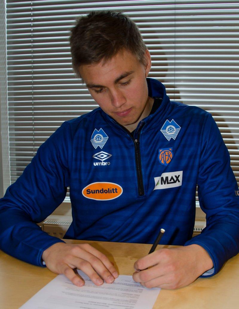 Daníel Leó Grétarsson signerer ny kontrakt. Foto: aafk.no