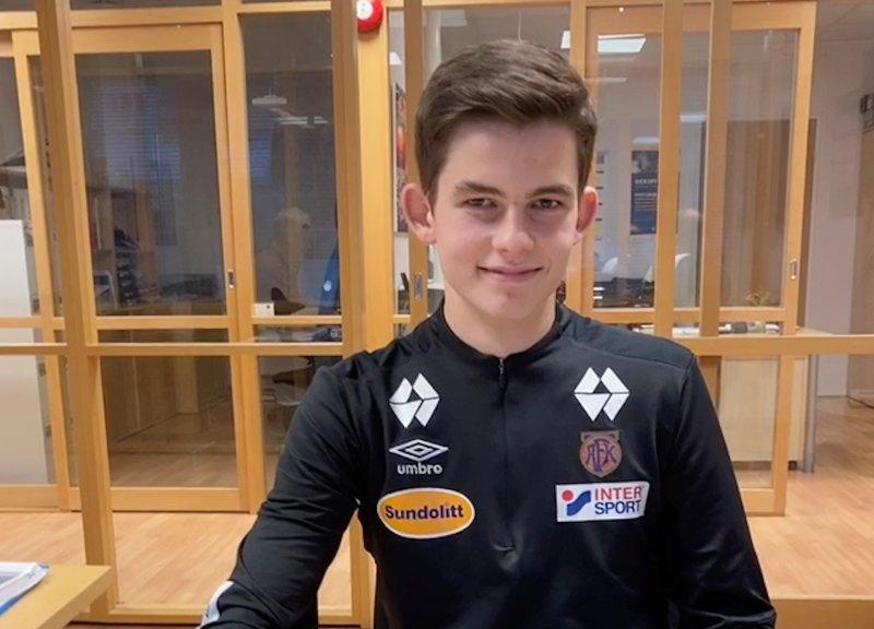 Fornøyd Henrik Melland etter å ha signert proffkontrakt med AaFK.