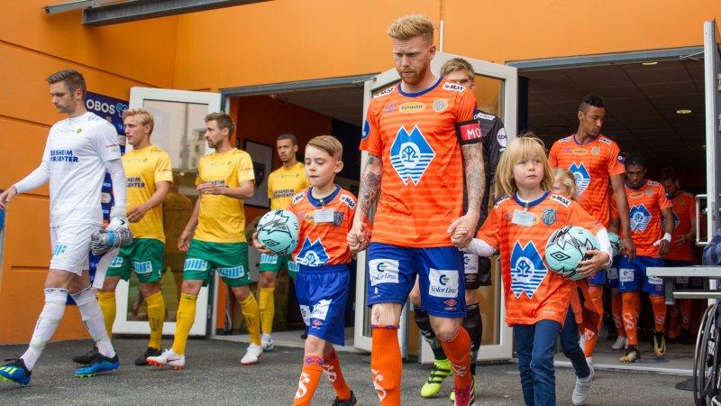 22. juli leder Fredrik Carlsen troppene ut til kamp mot Sandnes Ulf på Color Line Stadion. Foto: Srdan Mudrinic.