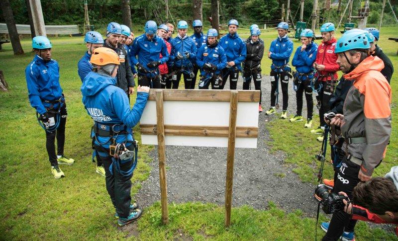 Instruktør Karoline Nerli hadde en gjennomgang før guttene fikk slippe seg løs. Foto: Asle Myhre Hansen