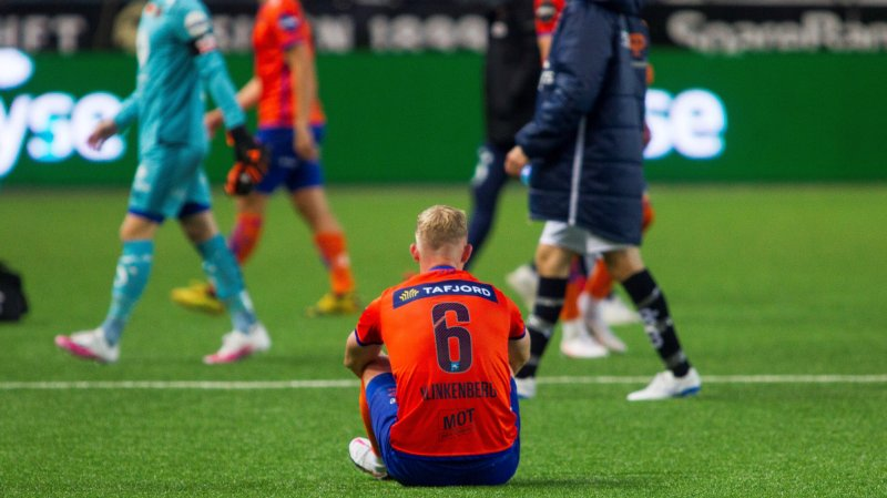 Daan Klinkenberg blir sittende igjen på banen etter eliteseriekampen mot Viking på SR-Bank Arena. Foto: Carina Johansen / NTB