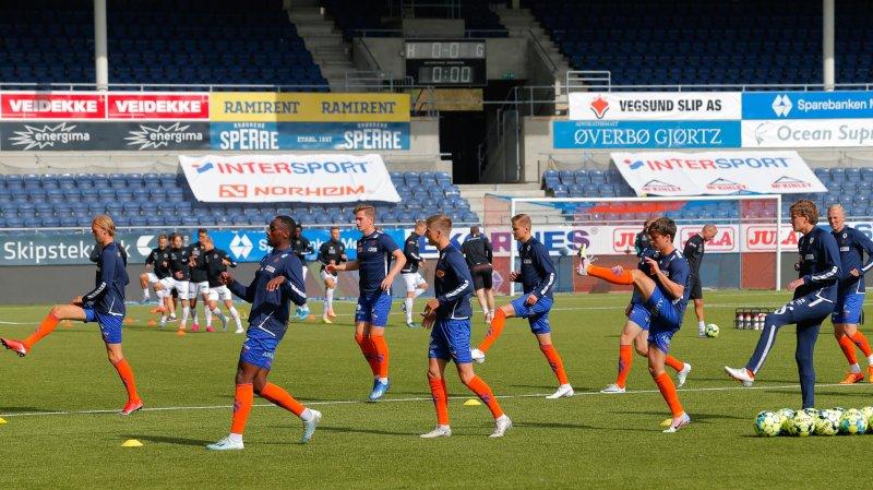 Aalesund varmer opp til kampen mellom Aalesund og Mjøndalen på Color Line Stadion tiidligere i år.Foto: Svein Ove Ekornesvåg / NTB