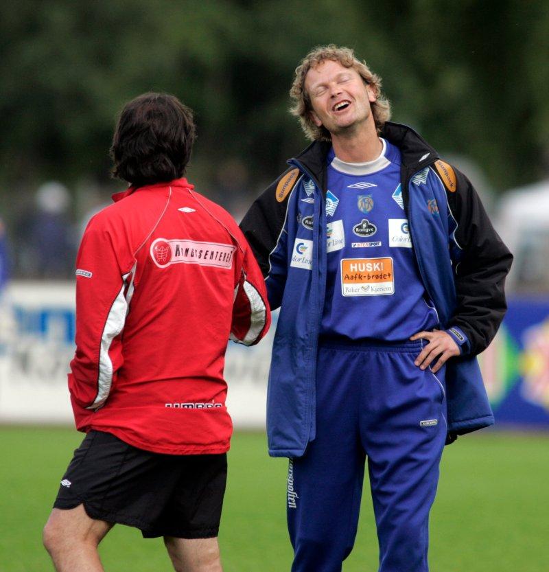 Daværende AaFK-trener Ivar Morten Normark og daværende Kongsvinger-trener Vegard Skogheim i hyggelig passiar. FOTO: Ståle Andersen / NTB Scanpix