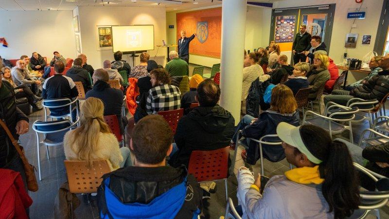 Klubbdirektør i Aalesunds Fotballklubb, Geir S. Vik, snakket til de fremmøtte.Foto: Truels Skarbø Lone