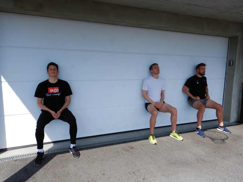 Knallharde øvelser under Mesternes mester i Larsgården. Sondre Brunstad Fet, Andreas Lie og Oddbjørn Lie begynner å kjenne at fotballbeina verker en smule.