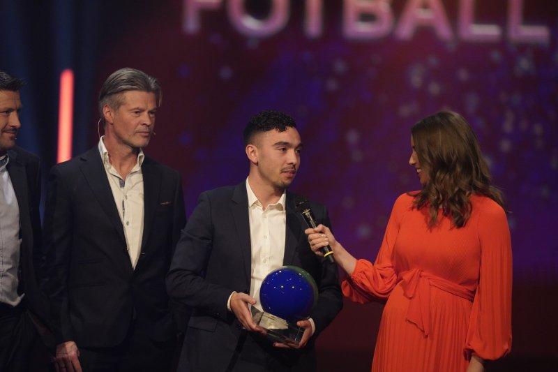 Niklas Castro med prisen som Årets spiller i OBOS-ligaen under Fotballfesten 2019. Foto: Fredrik Hagen / NTB scanpix