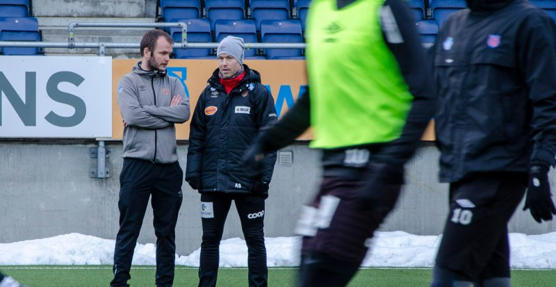 Amund Skiri (T.h) tar over andrelaget til AaFK. Frem til en trenerressurs er på plass vil Øyvind Riise Dalseth (T.v) bistå på feltet.