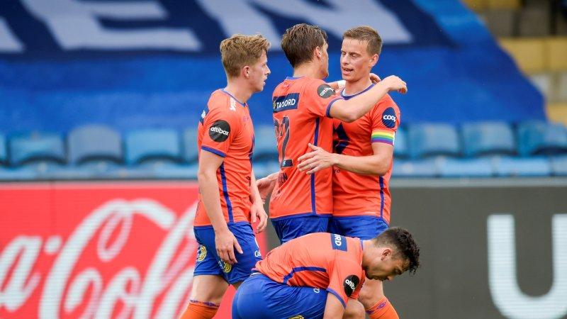 Sigurd Haugen ( i midten) gratuleres av kaptein Jonas Grønner etter 1-0 scoringen på Marienlyst stadion. Foto: Annika Byrde / NTB scanpix