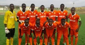 Akademi-spillerne hos Darou Salam er vant til å spille i oransje drakter.