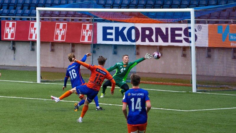 Kristoffer Ødemarksbakken setter inn 4-1 til det oransje laget. Foto: Andrea Færøy Flem og Syver Stave