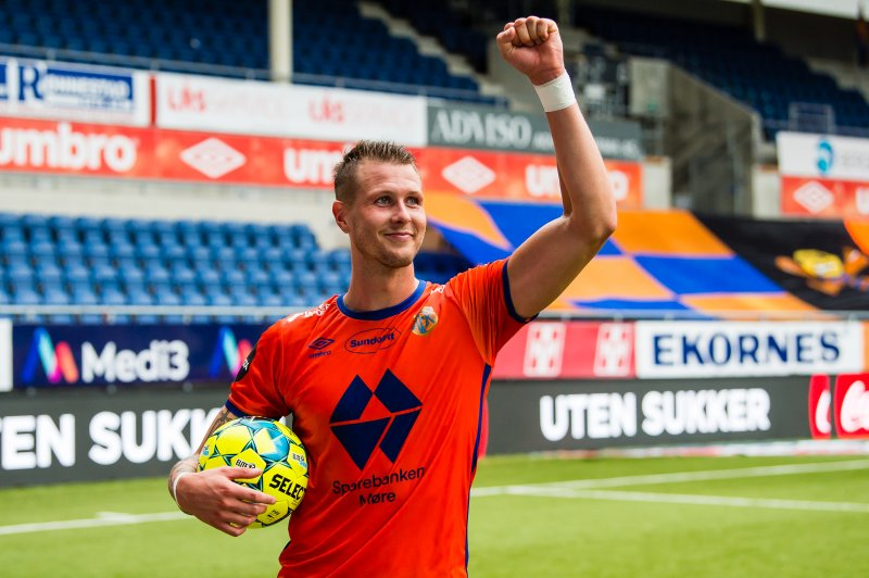 Holmbert Aron Briem Fridjonsson feirer etter seieren over start. Foto: Marius Simensen / BILDBYRÅN