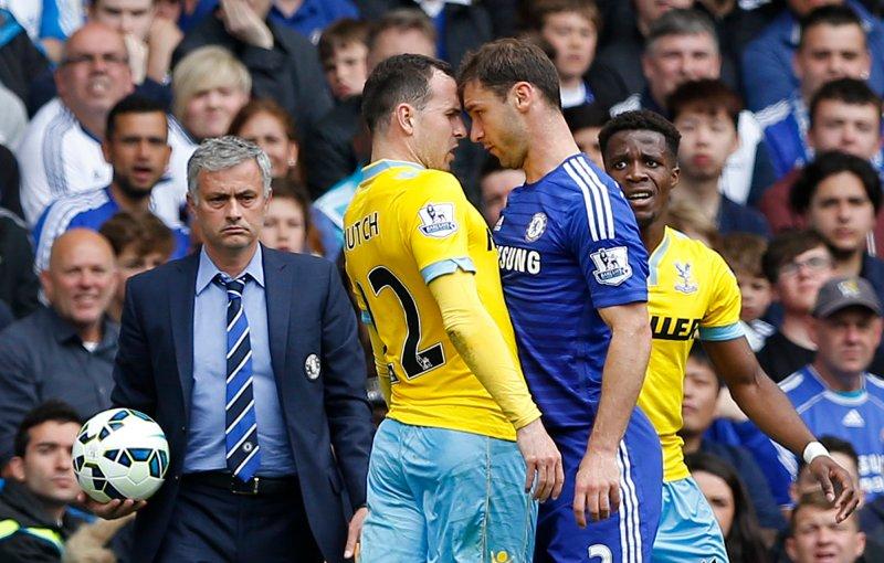 Chelsea mot Crystal Palace i 2015 på Stamford Bridge. Jordon Mutch i uenighet med Chelsea's Branislav Ivanovic. Images via Reuters / Carl Recine