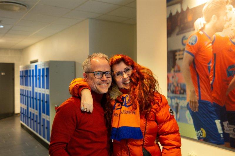 Det er god stemning når Jeanette møter kjentfolk på Color Line Stadion. Her sammen med klubbdirektør Geir S. Vik. Foto: Srdan Mudrinic
