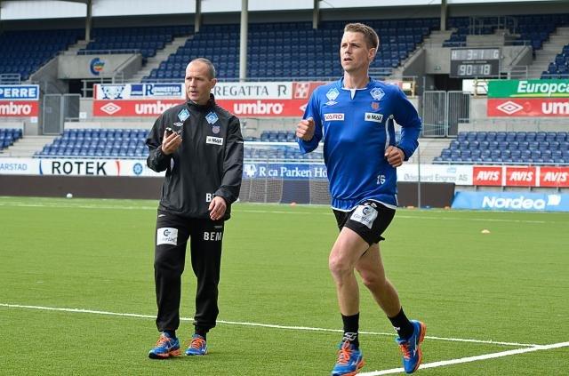 Sportslig leder Bjørn Erik Melland har lang fartstid i AaFK. Her følger han med på at Daniel Arnefjord er i fin form.
