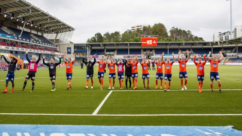 Spillerne setter stor pris på støtten fra tribuna. Her takker laget supporterne for god støtte etter Notodden-kampen. Foto: Srdan Mudrinic.