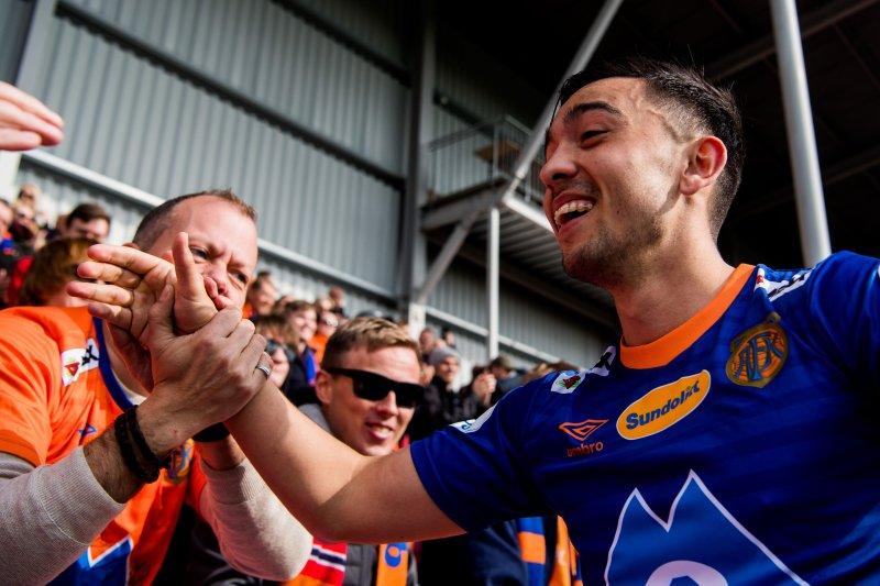 Niklas Castro feiret med supporterne etter kampen mot Strømmen i 2019. Foto: Jon Olav Nesvold / BILDBYRÅN / kod JE / 160442
