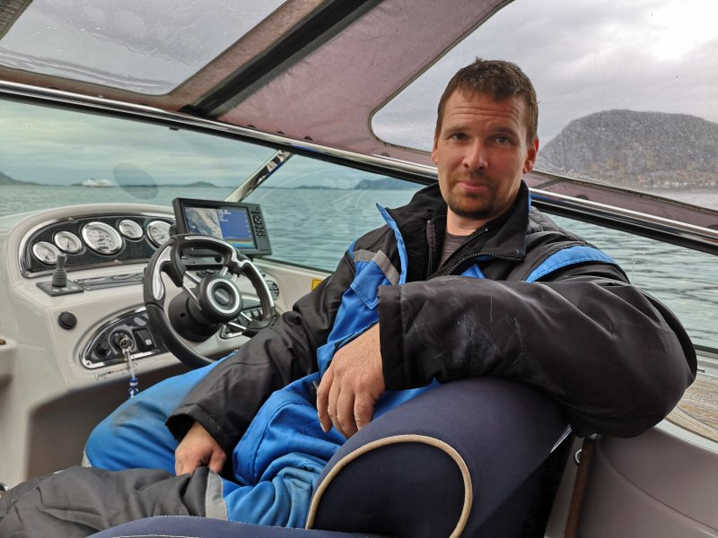 Ronny Thomassen hadde kontroll på båten mens AaFK-spillerne dro opp både akkar og hestemakrell.