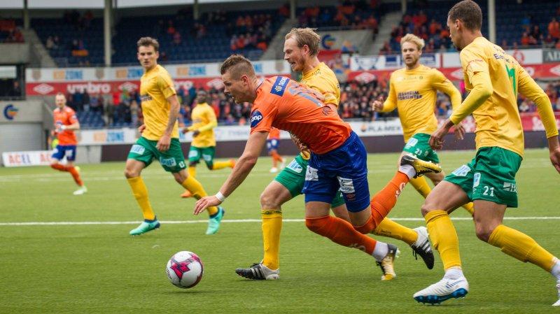 Holmbert Fridjonsson var igjen sentral for AaFK. Lars Bohinen skryter av sin hardtarbeidende spiss. Foto: Srdan Mudrinic.