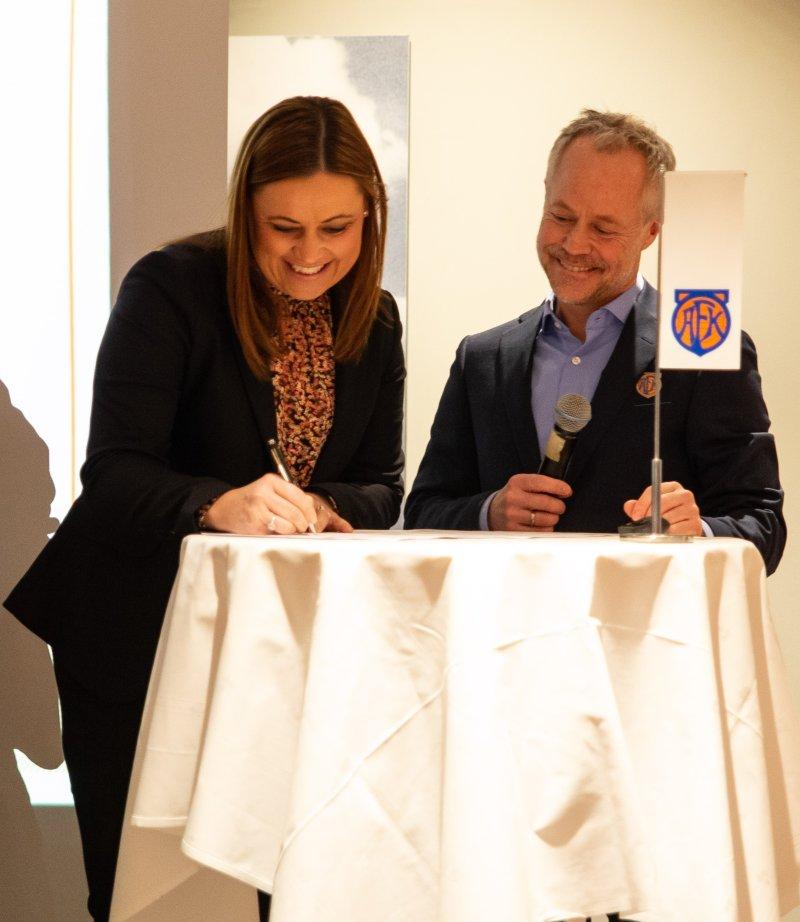 Divisjonsleder personmarked ved Elisabeth Blomvik, signerte avtalen på vegne av Sparebanken Møre.