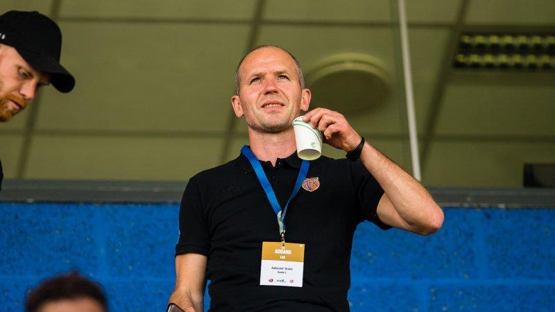 Sportslig leder Bjørn Erik Melland på tribunen tidligere i år. Foto: Marius Simensen / BILDBYRÅN